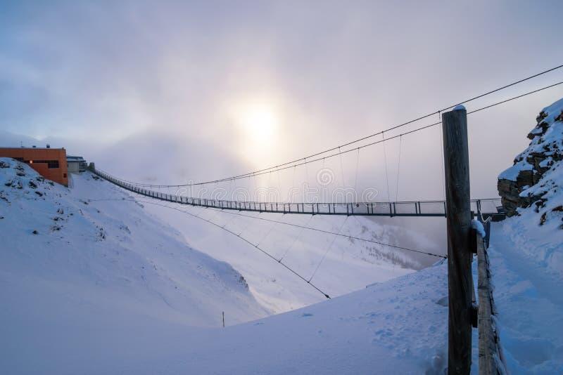 Длинный стальной мост на верхней части горы стоковое фото