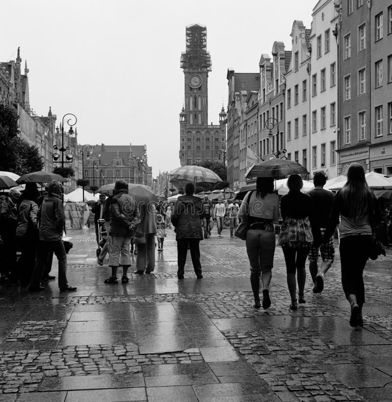 Длинняя улица в дожде, городок Гданьск старый. стоковое изображение rf