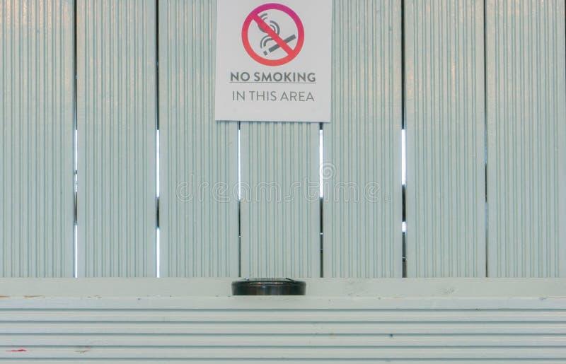 Для некурящих знак с ashtray стоковое фото rf