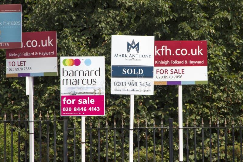 Для продажи знаки на дисплее как цены и продажи рынок недвижимости комплектует вверх, Лондон, Англия, июль стоковое изображение