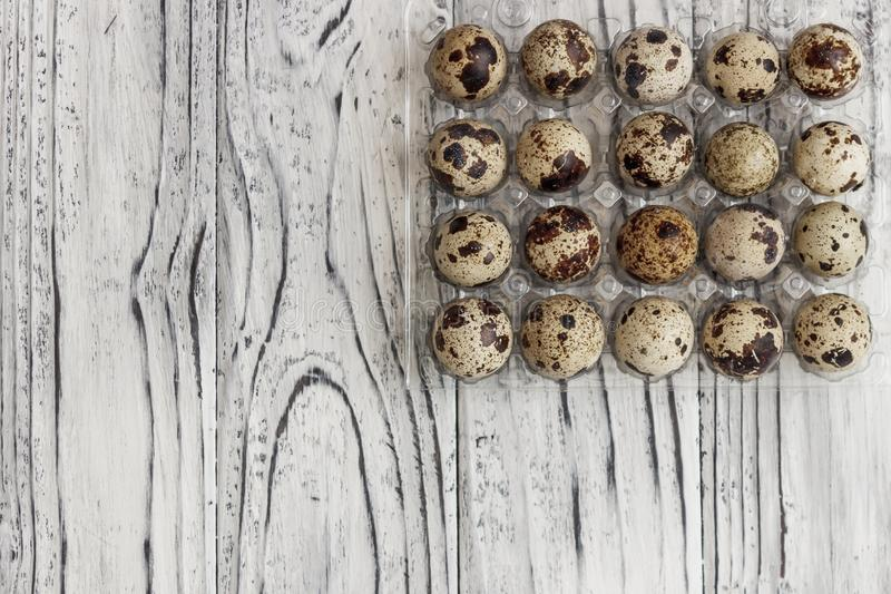 Для продажи яйца триперсток в прозрачном подносе, подносе для хранить яйца триперсток, символ на сезон пасхи r стоковое фото rf