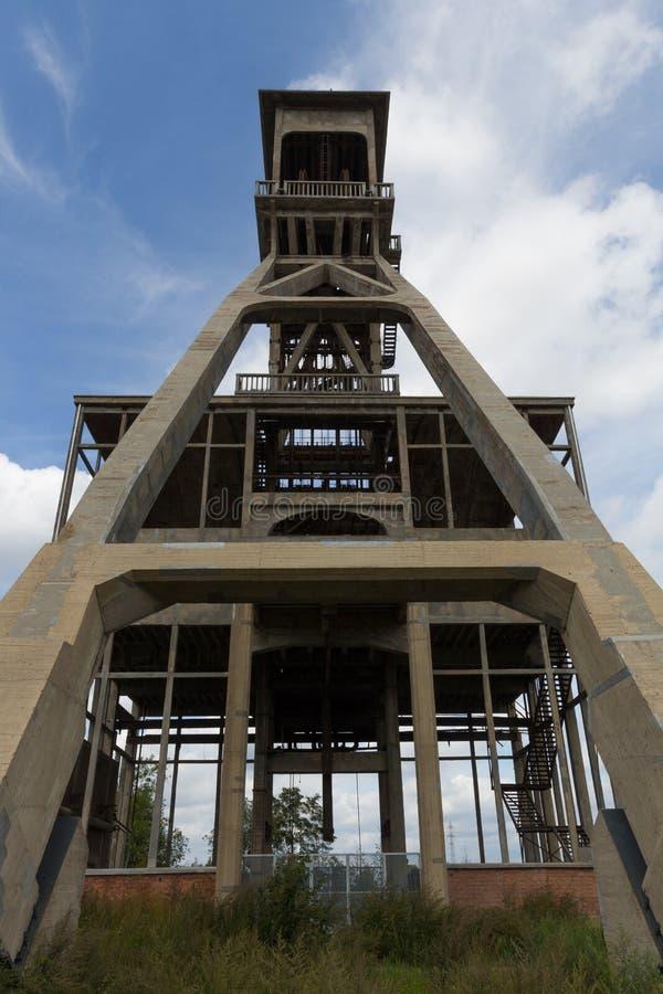 Для шахтных лифтов под ярким небом возле деревни Маасмехелен стоковые фотографии rf