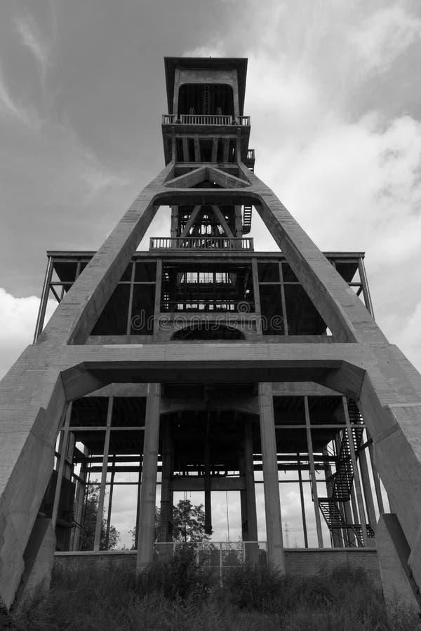 Для шахтных лифтов под ярким небом возле деревни Маасмехелен стоковая фотография rf