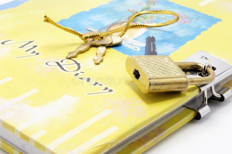 дневник пользуется ключом замок стоковая фотография