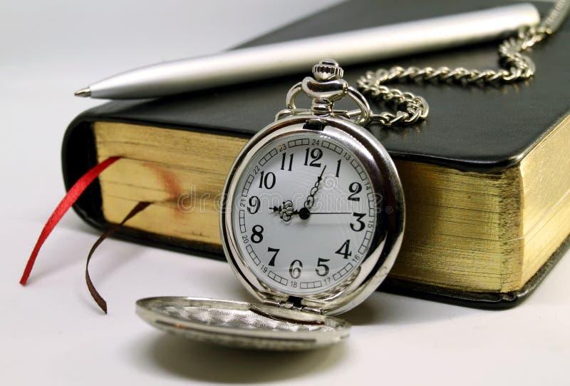 Дневник с дозором ручки и кармана на белой предпосылке стоковое фото