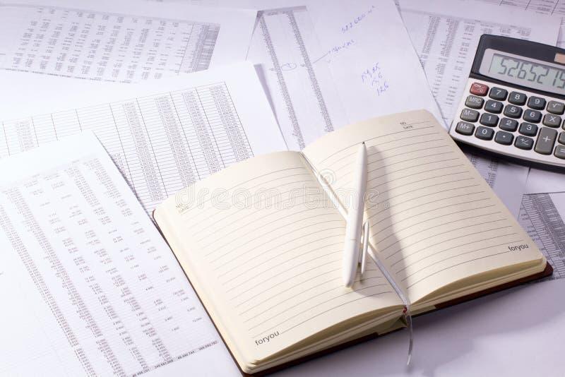 Дневник с ручкой и калькулятором стоковая фотография