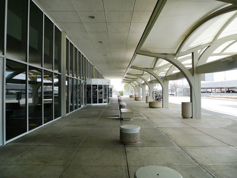 Дневное время международного аэропорта Tulsa внешнее, никто стоковые фото