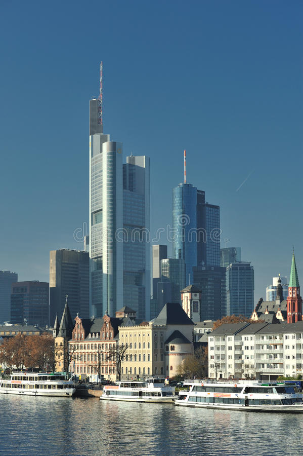 дневное время frankfurt городского пейзажа города стоковые фото