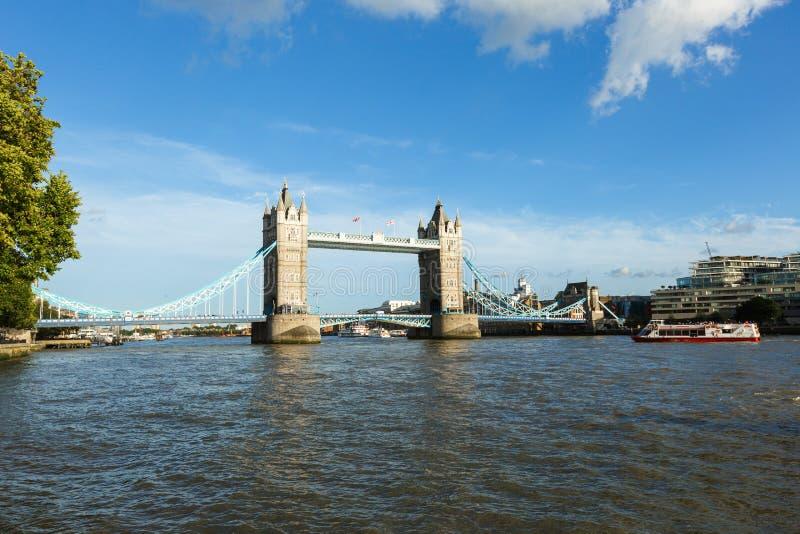 Дневной свет устанавливая мост башни ориентир ориентира Лондона съемки иконический Переход реки стоковая фотография