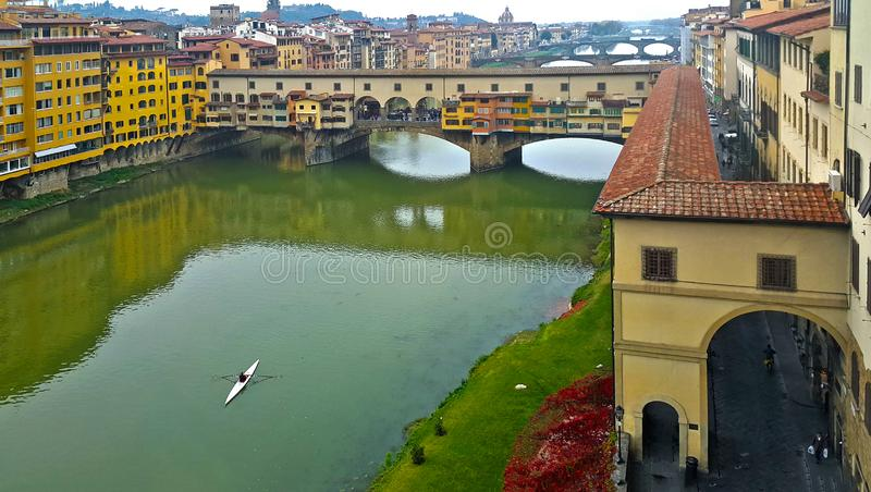 Днем и ночью взгляд известного моста vecchio ponte на реке Флоренции Арно стоковые фото