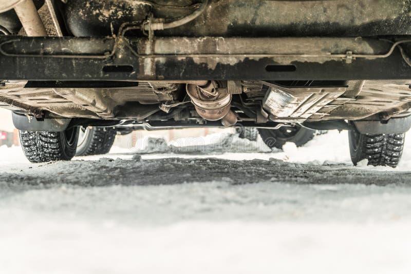 Дно автомобиля с обитыми автошинами на дороге зимы снежной Зазор дороги стоковое фото rf