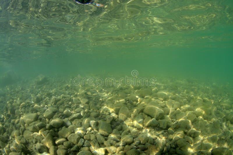 Дно гравия пресноводного озера стоковое изображение