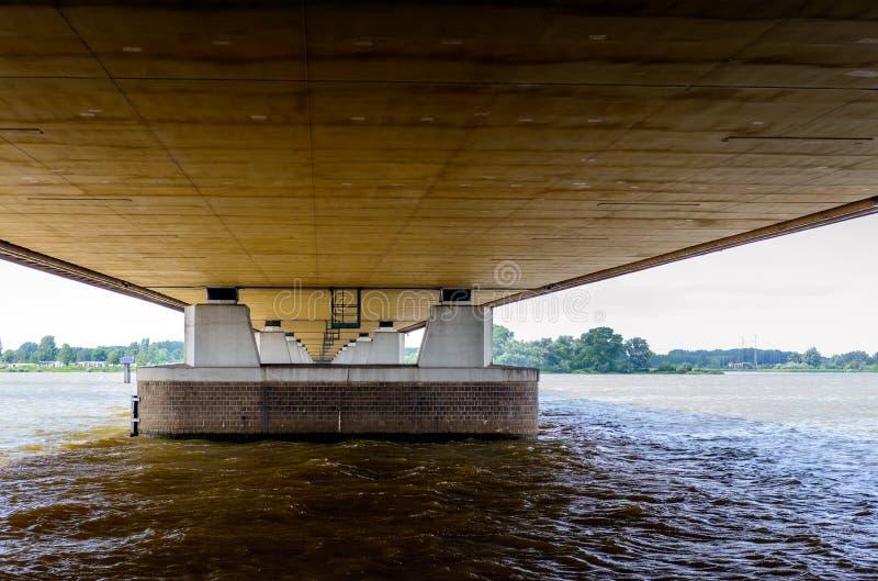 Дно моста движения Moerdijk A16 в Нидерландах стоковое фото