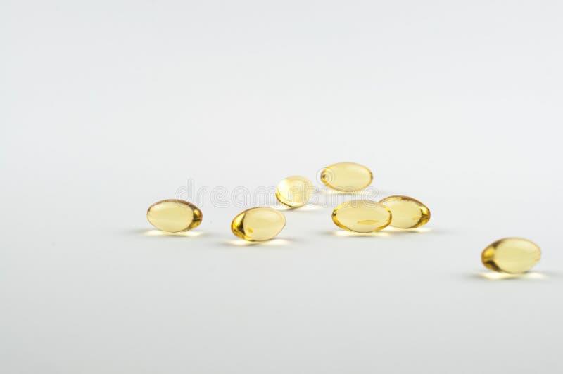 Добавка капсул рыбьего жира omega3 биологически активная на светлом взгляде со стороны конца-вверх предпосылки стоковые фотографии rf