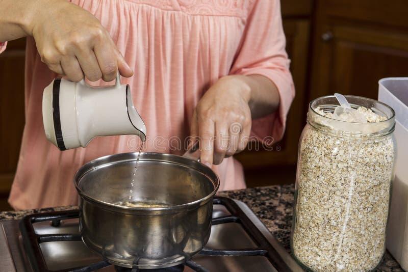 добавлять завтрак делая воду стоковые фото