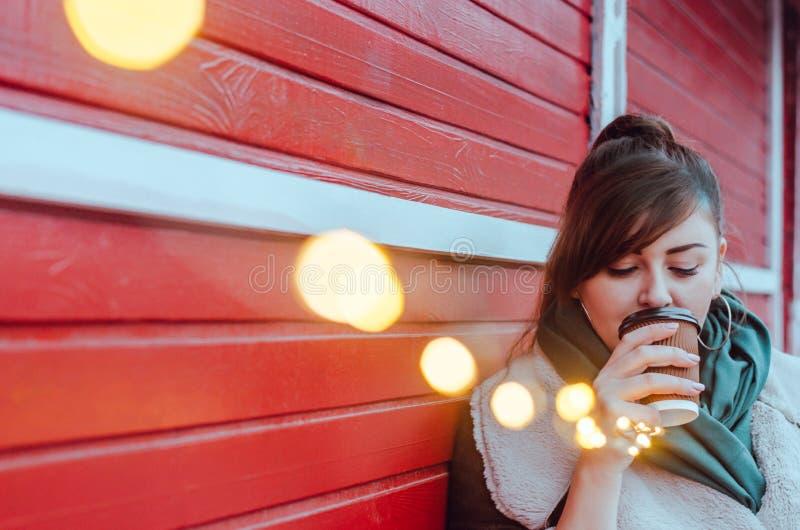 Добавочная модель размера выпивает кофе стоковое фото