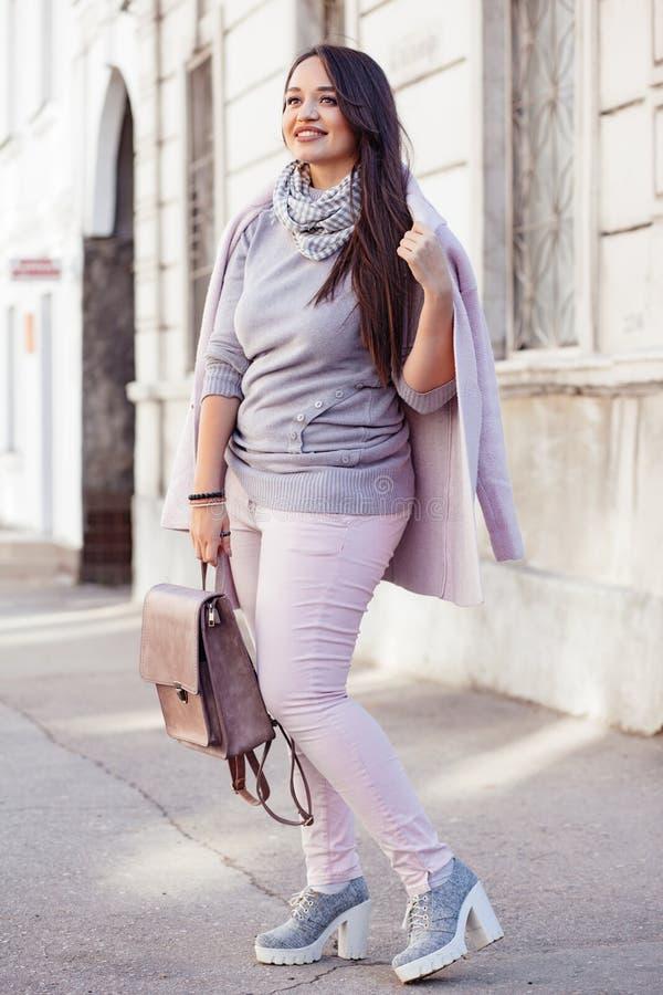 Добавочная модель размера в розовом пальто стоковые фото