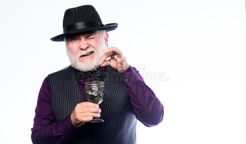 Добавьте рецепт коктейля паука Концепция хеллоуина Опостылеть напиток хеллоуина Элегантные шляпа и жилет носки бармена подготавли стоковая фотография