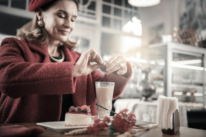 Добросердечный зрелый женский человек идя выпить какао стоковые изображения rf