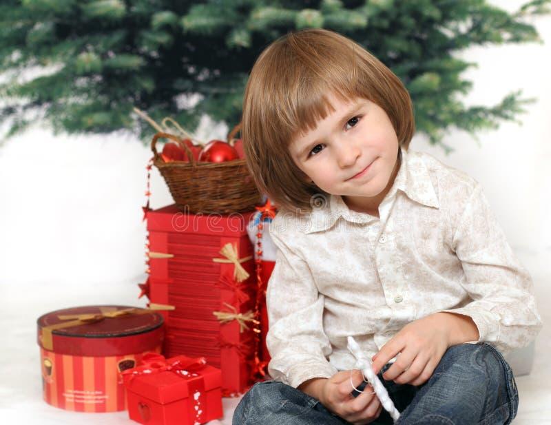 Download Добросердечный с подарками под мех-деревом Стоковое Фото - изображение насчитывающей счастливо, backhoe: 33734438