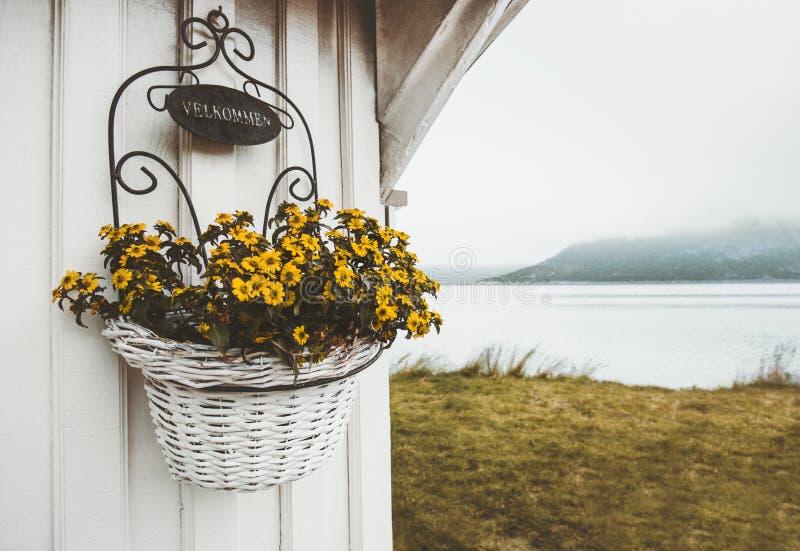 Добро пожаловать вход дома украшения дизайна цветков стоковые фото