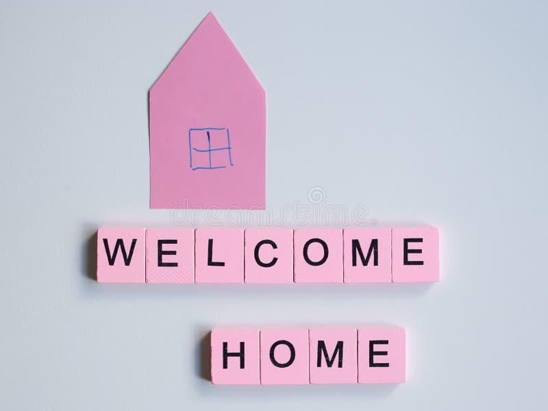 Добро пожаловать домой, деревянные кубы на белом фоне стоковые фото