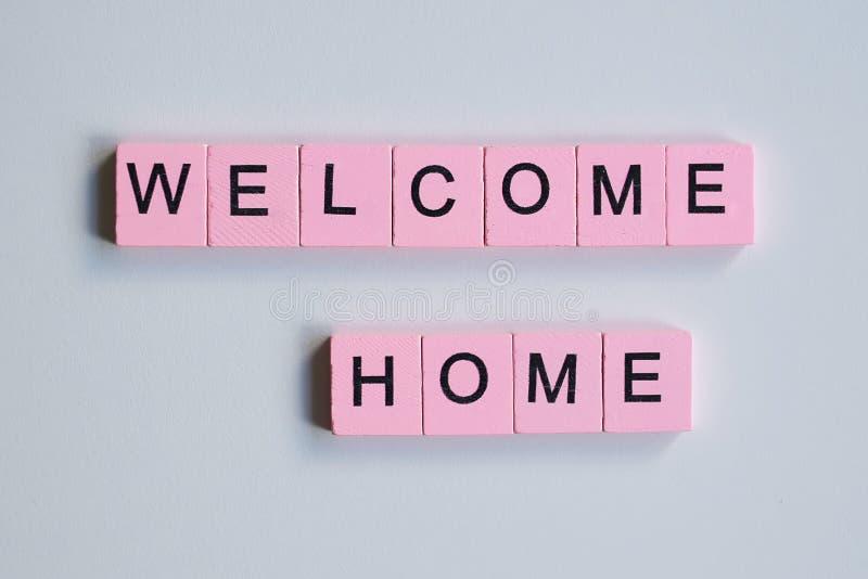 Добро пожаловать домой, деревянные кубы на белом фоне стоковое изображение