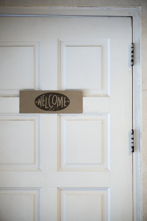 Добро пожаловать доска на двери стоковые фото
