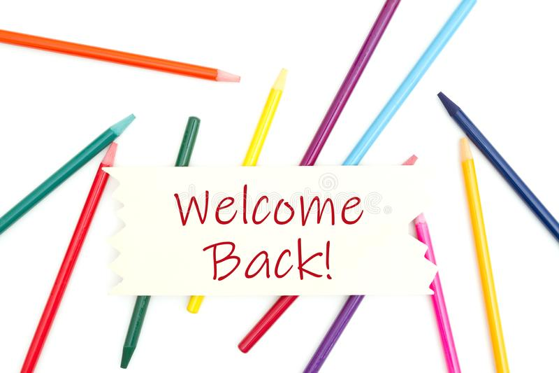 Добро пожаловать заднее сообщение на деревянном знаке с покрашенными карандашами акварели стоковое изображение rf