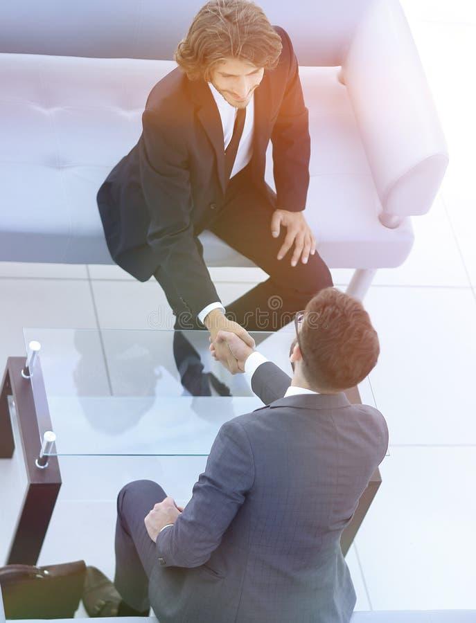 Добро пожаловать и рукопожатие бизнесменов стоковые изображения rf