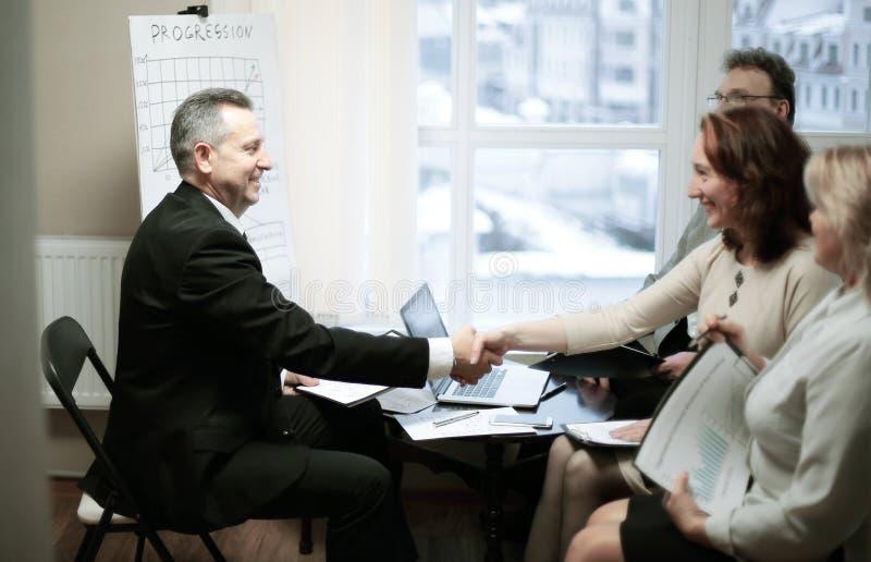 Добро пожаловать и рукопожатие деловых партнеров перед встречей стоковые изображения