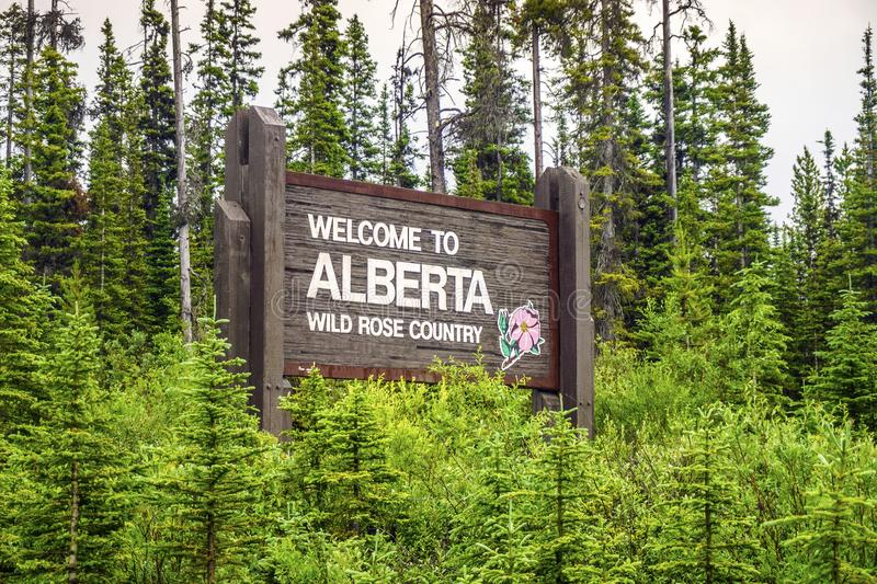 Добро пожаловать к Альберте, приветствующему знаку к известному положению Канады стоковое фото rf
