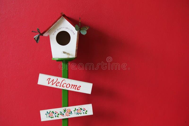 Добро пожаловать к красной предпосылке 2 стены стоковое фото rf