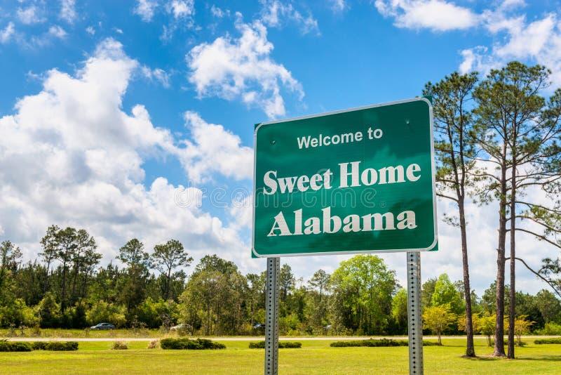 Добро пожаловать к сладостному домашнему дорожному знаку Алабамы в Алабаме США стоковое фото rf