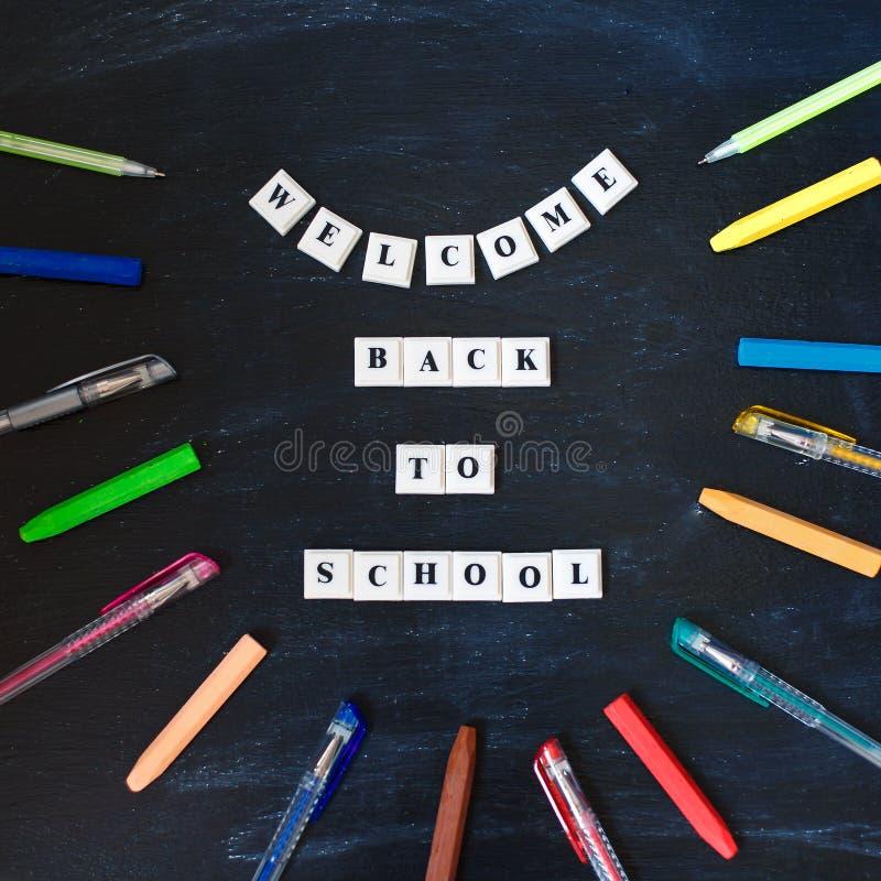 Добро пожаловать назад к литерности школы на классн классном Назад к надписи школы на доске Сообщение на доске Взгляд сверху знам стоковое изображение