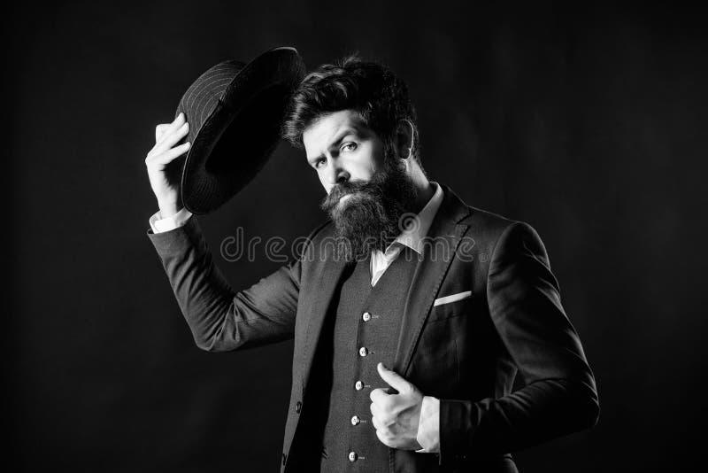 Добро пожаловать на борту Бизнесмен в костюме Секретное застенчивое Мужская официальная мода Сыщик в шляпе Зрелый хипстер с бород стоковые фотографии rf