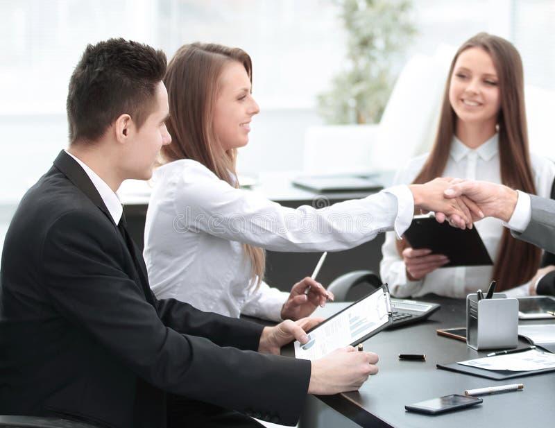 Добро пожаловать рукопожатие деловых партнеров на столе переговоров стоковые фотографии rf