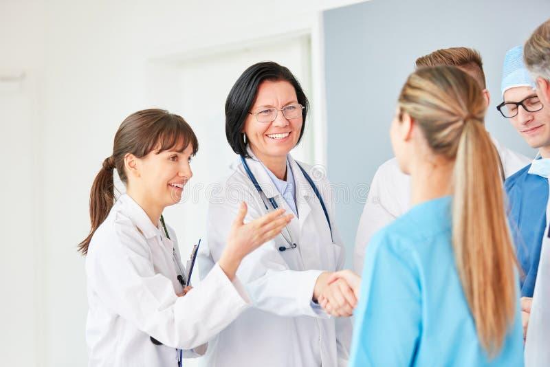 Добро пожаловать рукопожатие между докторами стоковое изображение