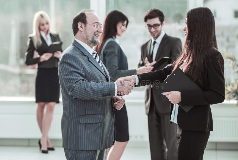 Добро пожаловать рукопожатие между юристом и клиентом на предпосылке дела объединяется в команду стоковые изображения