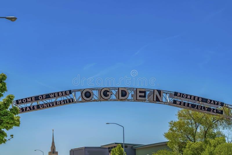 Добро пожаловать свод на городе Огден в Юте против сочных treetops и голубого неба стоковое фото rf