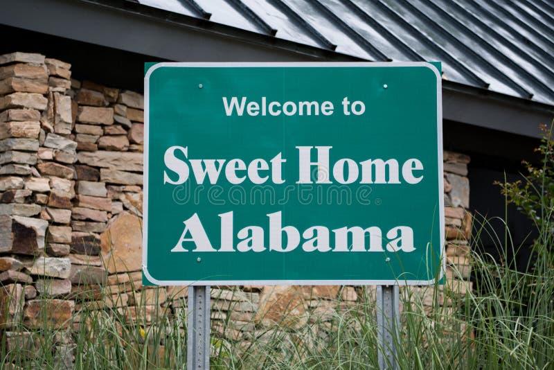 Добро пожаловать к знаку Алабамы горизонтальному стоковая фотография rf