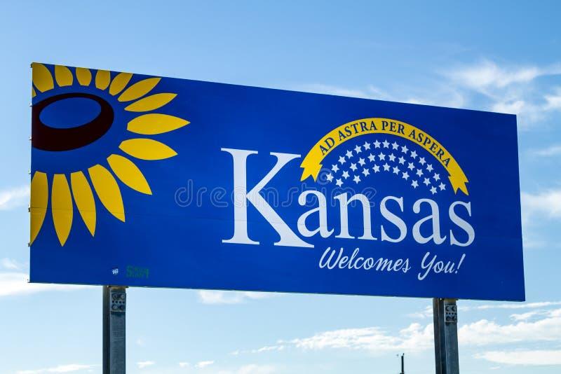 Добро пожаловать к знаку шоссе Канзаса стоковая фотография rf
