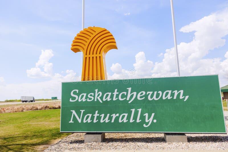 Добро пожаловать к Саскачевану - знак и флаги стоковое фото
