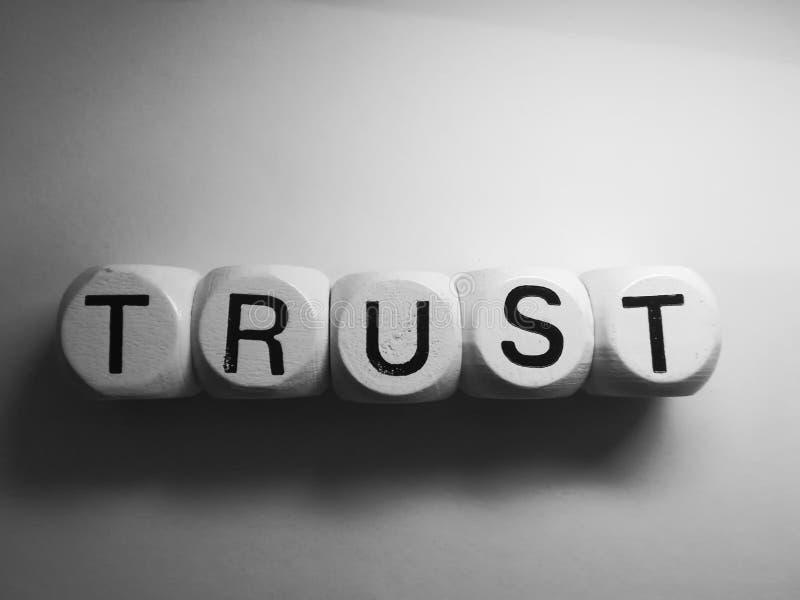 Доверие слова сказанное по буквам на кости стоковые фотографии rf