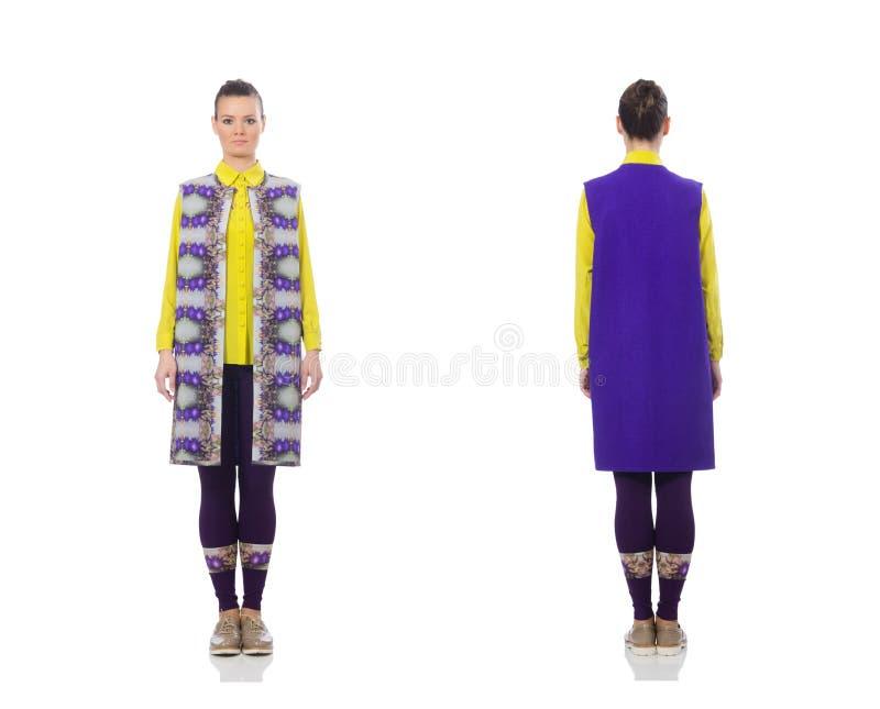 Довольно кавказская модель в пурпурном жилете изолированном на белизне стоковые фото