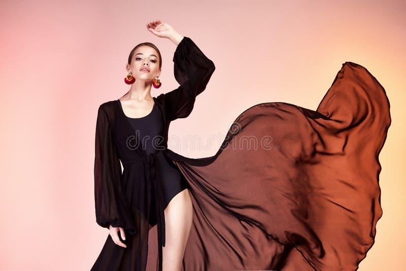 Довольно красивая сексуальная фотомодель тела tan кожи женщины элегантности стоковое изображение rf