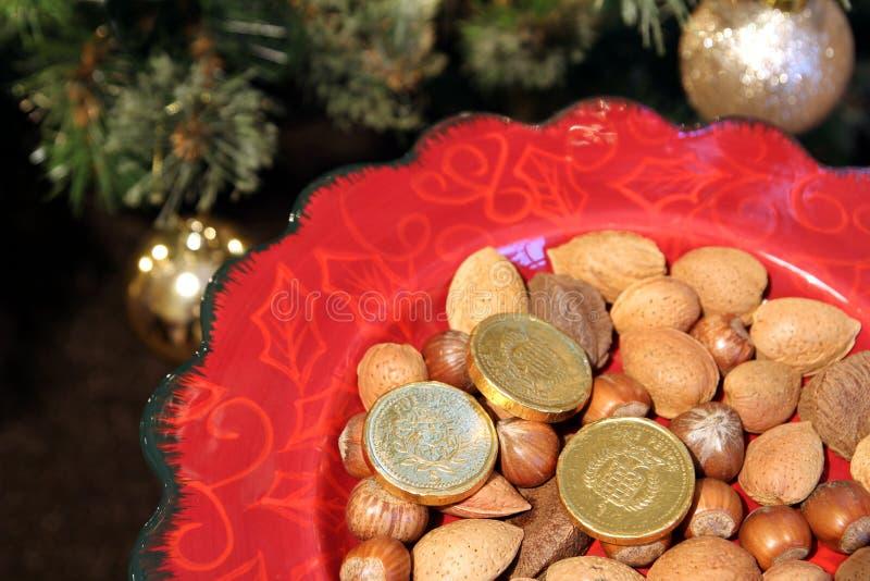 Довольно красная плита с традиционными праздничными миндалинами, haz рождества стоковая фотография rf