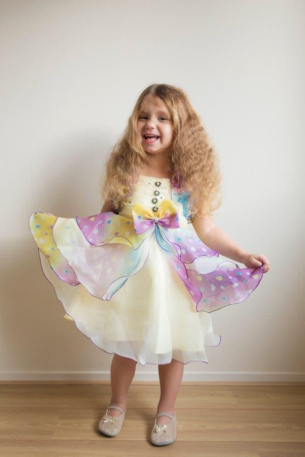 Довольно меньшая девушка танцев Праздник ` s детей стоковые изображения