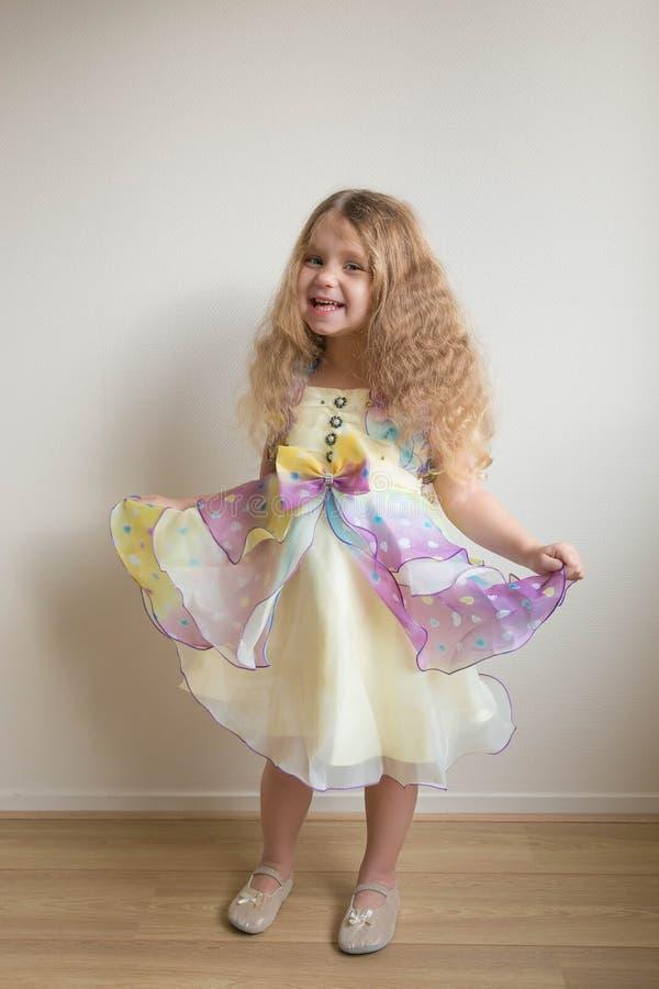 Довольно меньшая девушка танцев Праздник ` s детей стоковые изображения rf