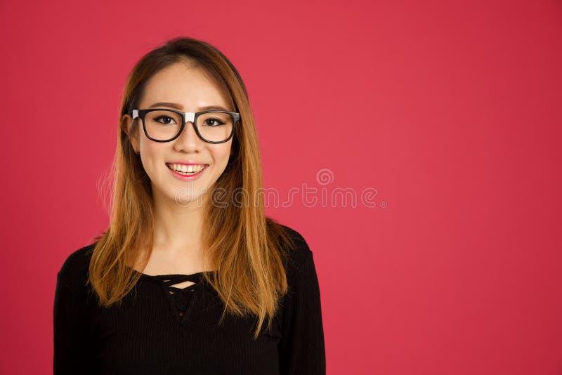 Довольно молодая азиатская женщина в студии стоковое изображение rf